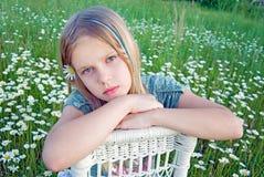 Маленькая девочка на плетеном стуле Стоковое фото RF