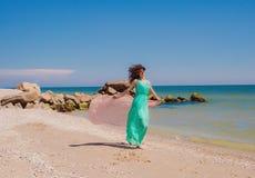 Маленькая девочка на пляже в лете с шарфом летания Стоковое Изображение