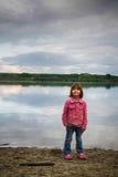 Маленькая девочка на пляже рекой Стоковая Фотография