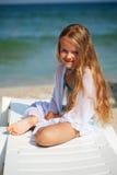 Маленькая девочка на пляже стоковое изображение rf