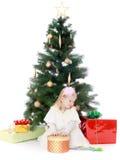 Маленькая девочка на рождественской елке стоковые фотографии rf