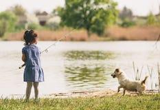 Маленькая девочка на рыбной ловле Стоковое фото RF