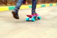 Маленькая девочка на скейтборде на школьном дворе Стоковая Фотография