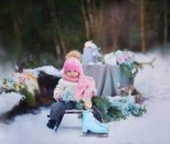 Маленькая девочка на скелетоне стоковое фото rf