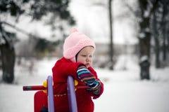Маленькая девочка на спортивной площадке указывая вниз Стоковое фото RF