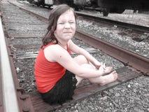 Маленькая девочка на следах поезда Стоковое Изображение RF