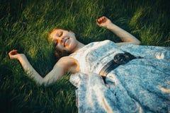 Маленькая девочка на траве Стоковое фото RF