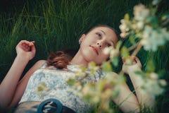 Маленькая девочка на траве Стоковые Изображения