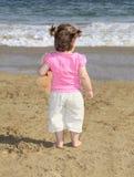 Маленькая девочка на тропическом пляже Стоковое Изображение RF