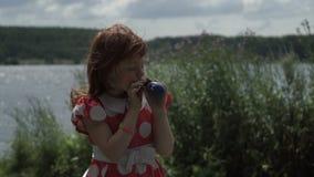 Маленькая девочка надувая воздушный шар акции видеоматериалы