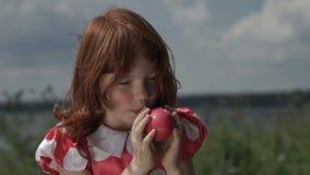 Маленькая девочка надувая воздушный шар видеоматериал