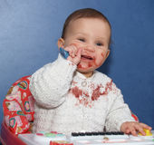 Маленькая девочка независимо ест с ложкой стоковые фотографии rf