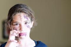 Маленькая девочка носит страшный состав хеллоуина Стоковое Изображение RF