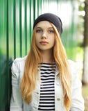 Маленькая девочка нося шляпу и куртку джинсов outdoors стоковые фотографии rf