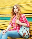 Маленькая девочка нося checkered розовую рубашку с рюкзаком стоковые изображения