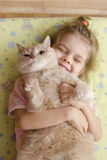 Маленькая девочка обнимая кота Стоковая Фотография