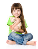 Маленькая девочка обнимая котенка белизна изолированная предпосылкой Стоковое Фото