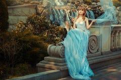 Маленькая девочка около водопада в саде стоковые фотографии rf
