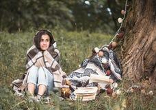 Маленькая девочка около дерева читая книгу Стоковое фото RF