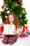 Маленькая девочка около рождественской елки с подарками Стоковое Изображение