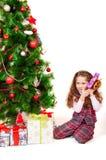 Маленькая девочка около рождественской елки с подарками Стоковые Изображения RF