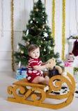 Маленькая девочка около рождественской елки с подарками Стоковая Фотография RF