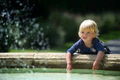 Маленькая девочка около фонтана Стоковое Фото