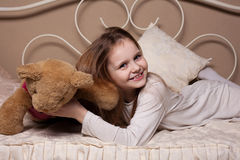 Маленькая девочка околпачивая в студии Стоковая Фотография RF