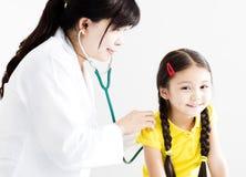 Маленькая девочка доктора рассматривая стетоскопом Стоковое Фото