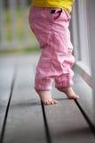Маленькая девочка достигая вверх стоковые изображения rf