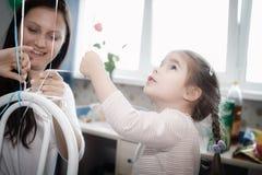 Маленькая девочка достигая для шариков Стоковое Изображение