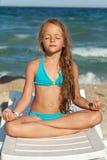 Маленькая девочка ослабляя на пляже стоковое изображение rf