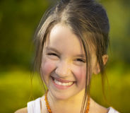 Маленькая девочка отдыхая в дворе и наслаждается весенним днем стоковая фотография