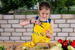 Маленькая девочка очищая вне сладостный перец стоковые изображения rf