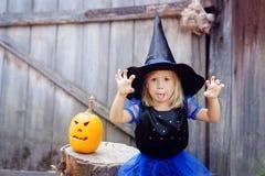 Маленькая девочка одетая как ведьма на хеллоуин Стоковая Фотография