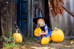 Маленькая девочка одетая как ведьма на хеллоуин Стоковые Изображения
