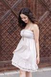 Маленькая девочка перед деревянной винтажной дверью Стоковое Изображение
