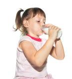 Маленькая девочка питьевое молоко от бутылки Стоковое Изображение