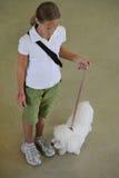 Маленькая девочка показывая на конкуренции собаки Стоковое Фото