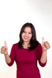 Маленькая девочка показывая оба большого пальца руки вверх для успеха, победы и самого лучшего Стоковое Изображение