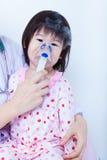 Маленькая девочка помощи доктора для того чтобы сделать вдыхание Стоковые Фотографии RF