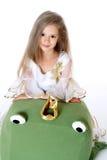 Маленькая девочка портрета милая выглядеть как принцесса при изолированная лягушка игрушки Стоковое Фото