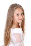 Маленькая девочка портрета милая усмехаясь на изолированной камере Стоковое Фото