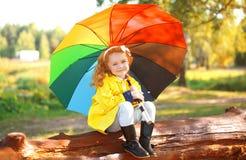Маленькая девочка портрета осени с красочным зонтиком outdoors Стоковые Изображения RF