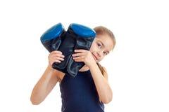 Маленькая девочка после кладя в коробку практиковать с перчатками в руках смотря камеру Стоковая Фотография