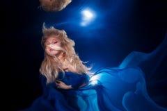 Маленькая девочка подводного фото милая с белокурый длинный носить волос стоковая фотография