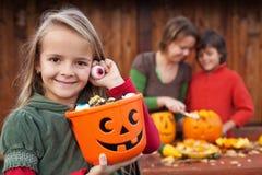 Маленькая девочка подготавливая на ноча хеллоуина Стоковые Фотографии RF