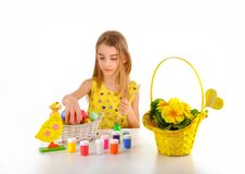 Маленькая девочка подготовляя пасхальные яйца Стоковые Фото