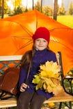 Маленькая девочка под зонтиком Стоковые Фотографии RF