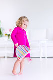 Маленькая девочка подметая пол Стоковое Изображение